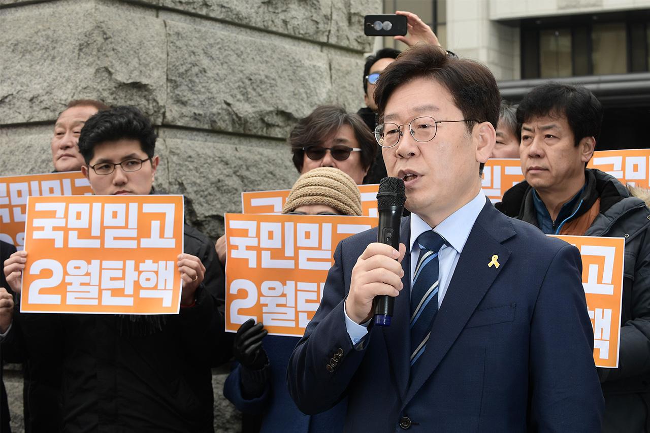 더불어민주당 이재명 성남시장이 7일 오후 서울 종로구 재동 헌법재판소 정문앞에서 '박근혜 대통령 탄핵 심판' 관련 긴급 기자회견을 갖고 있다.