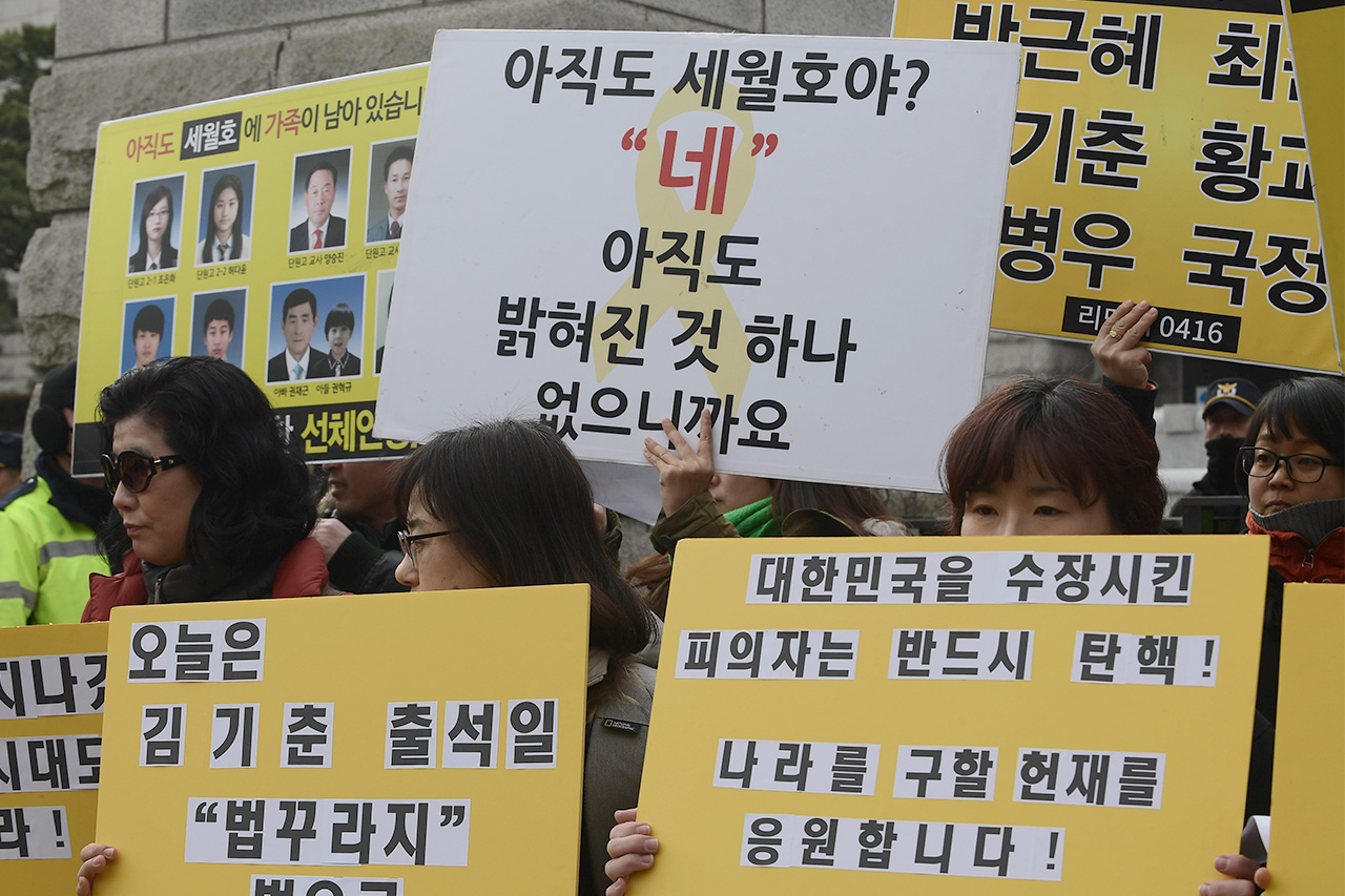 세월호 참사 추모모임인 '리멤버 0416' 회원들은 7일 오후 서울 종로구 재동 헌법재판소 앞에서 '박근혜 대통령의 조속한 탄핵'을 촉구하는 기자회견을 열었다.