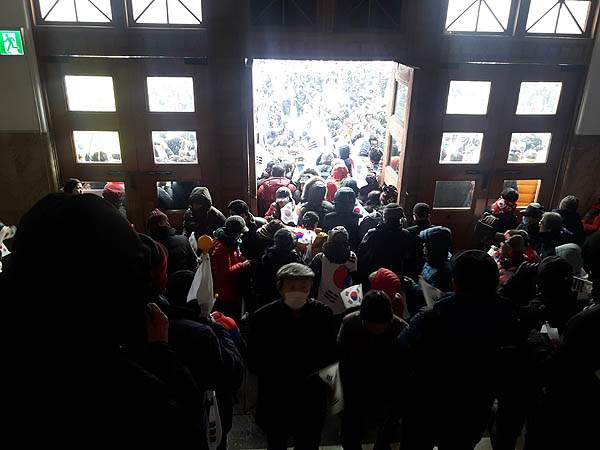 지난 1월 21일(토) 서울광장에서 열린 태극기집회에 참가한 시위대들이 서울도서관 1층 정문을 집단으로 막고 있다.