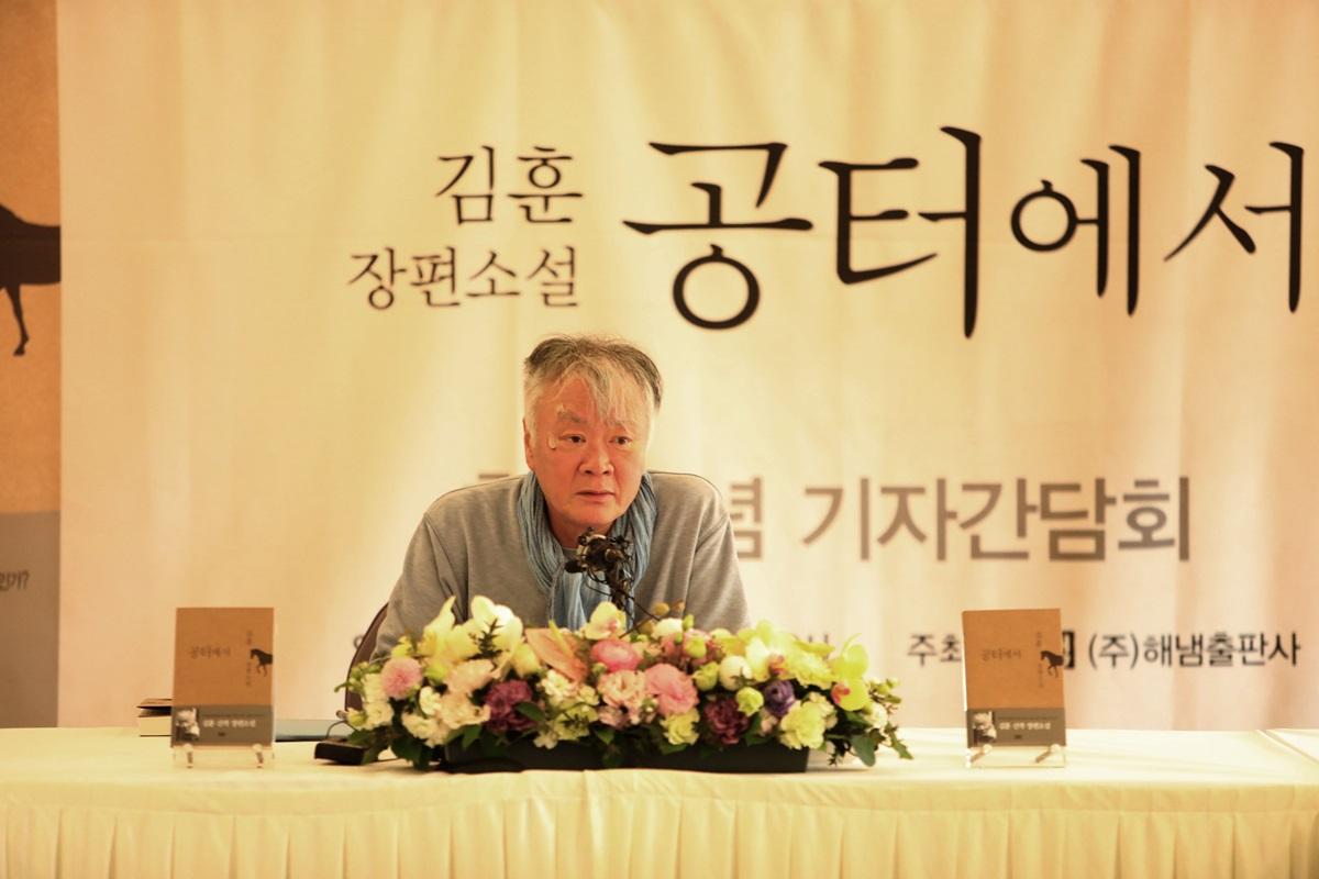 소설가 김훈이  지난 6일 오후 서울 중구 프레스센터에서 '흑산' 이후 6년여 만에 발표한 새로운 장편 '공터에서'(해냄)를 선보인 자리에서 박근혜 대통령 탄핵에 반대하는 '태극기 집회'에 참석하는 사람들의 정서를 '기아의 두려움'으로 정의했다.