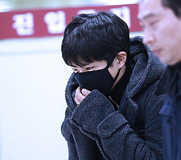 배우 박보검이 수많은 팬의 환영을 받으며 입국장으로 들어서고 있다.