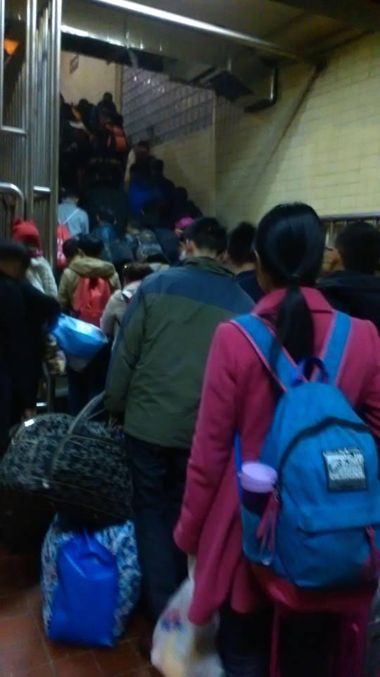 영화 속 피난 장면 같기도 한 중국 기차역 풍경.