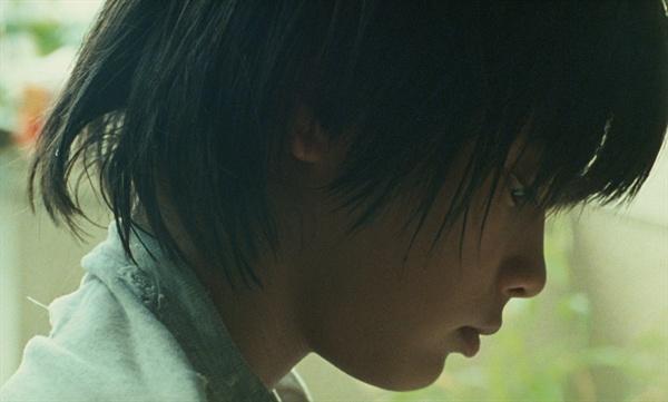<아무도 모른다>의 한 장면. 주인공 아키라를 맡은 야기라 유야는 역대 최연소 남우주연상을 받았다.
