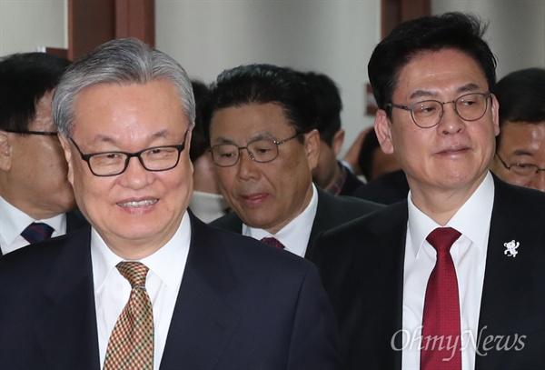 새누리당 인명진 비상대책위원장과 정우택 원내대표 등 지도부가 9일 오전 서울 여의도 당사에서 열린 비대위회의에 입장하고 있다.