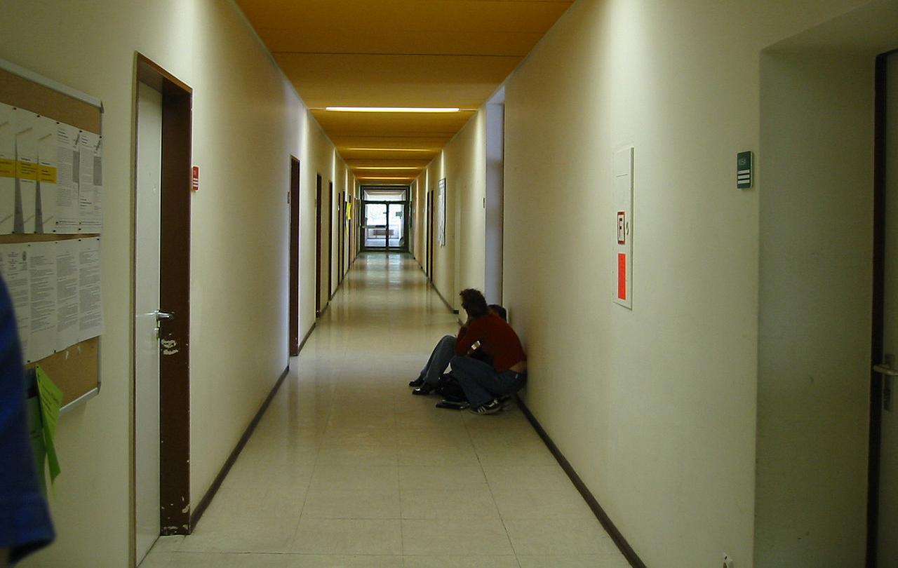학교 복도에 앉은 학생들. (자료 사진)