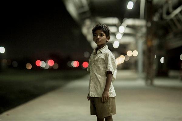 영화 <라이언>의 한 장면. 다섯 살 인도 소년 사루는, 기차 플랫폼 벤치에서 형을 기다리다가 깜박 잠이 든다. 적막한 한밤중의 기차역에 혼자 남겨진 사루는 형을 불러 보기도 하고 기차역 곳곳을 둘러 보다가 정차된 열차에 올라타게 된다.