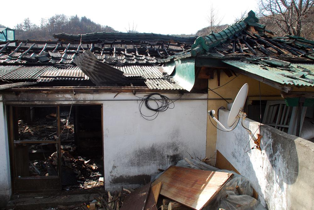 화재로 뼈대만 남은 일곱 식구 보금자리는 형체를 알아보기 힘든 지경이다.
