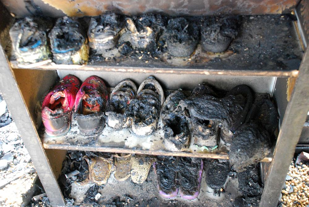 제 자리를 지키고 있는 것은 신발장에서 나란히 불에 탄 신발뿐이었다.