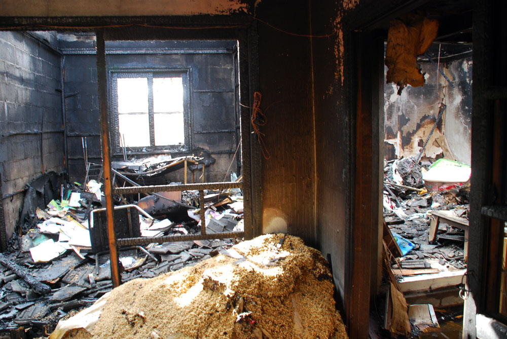 얼마나 불길이 거셌는지 지붕을 떠받치고 있던 PVC가 녹아내려 콘크리트 벽을 뒤덮었다.