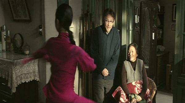 행복한 가정? 행복해야 할 가정이 문혁으로 딸은 아버지를 신고하고, 어머니는 그 딸을 용서할 수 없게 된다.