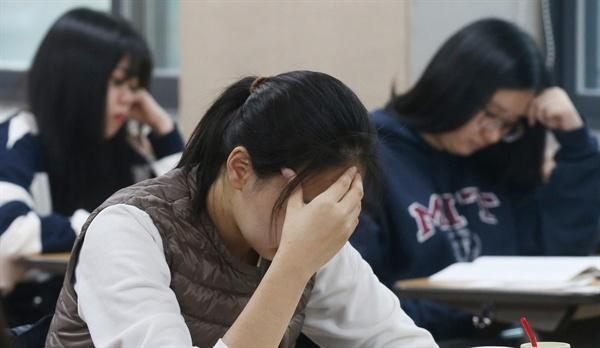 2017학년도 대학수학능력시험이 치러진 지난 해 11월 17일 오전 서울 중구 이화여자외국어고등학교에서 수험생들이 시험 준비를 하고 있다.