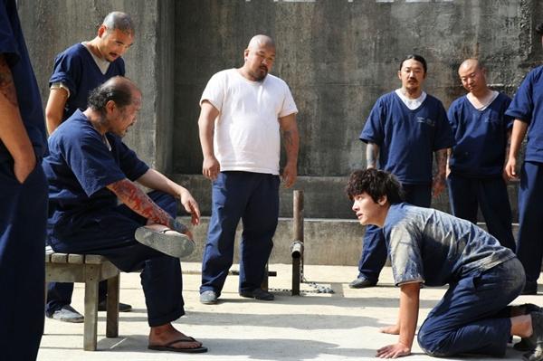 영화 <조작된 도시>의 한 장면. 권유(지창욱)는 살인자로 몰려 무기징역을 받고 흉악범 형무소에 수감된다. 형무소 내의 권력자 마덕수(김상호)는 그를 굴복시키려 갖은 수단을 다 쓴다.