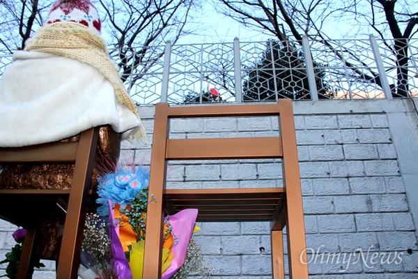 부산 평화의 소녀상이 일본총영사관 일장기를 바라보고 있다.