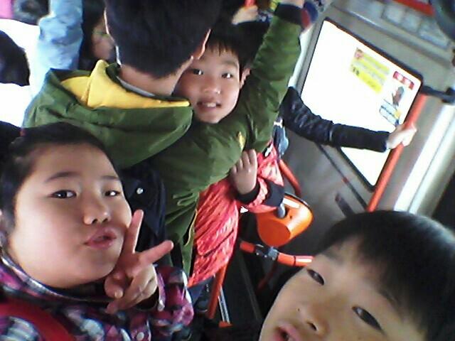 어렵게 탄 버스에서 우리 네 명