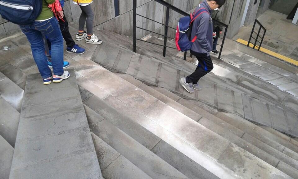 유배자의 고통과 삶을 나타낸 지그재그 계단