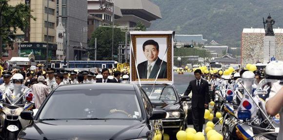 2009년 5월 29일, 영결식을 마친 후 광화문 광장을 지나는 노무현 전 대통령 운구 행렬