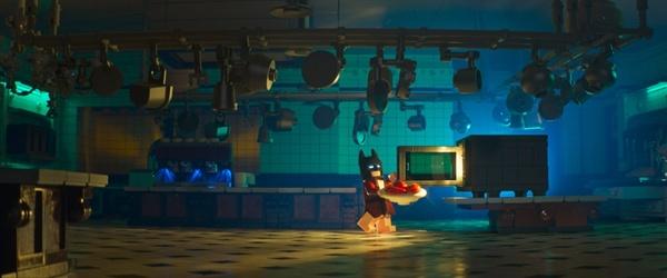 <레고 배트맨 무비>의 한 장면. 배트맨은 악당들을 물리치고 돌아와 텅 빈 대저택에서 혼자만의 삶을 즐긴다. 럭셔리한 주방을 갖고 있지만 그가 사용하는 조리 도구는 오직 전자 레인지 뿐이다.