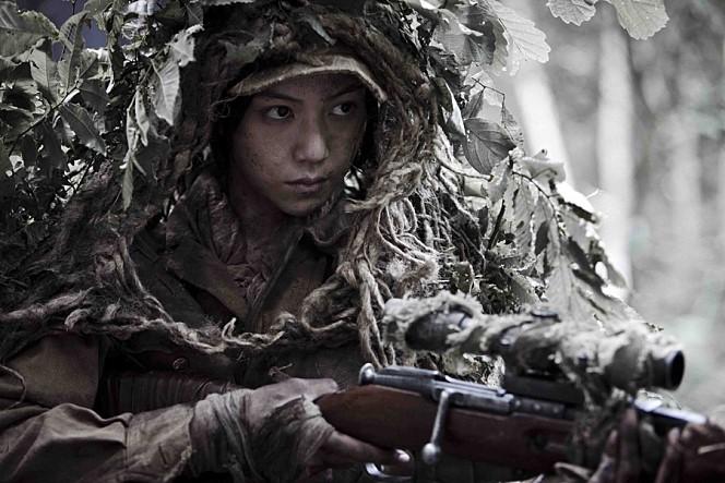 '이' 전쟁, 6.25는 특수성을 진하게 띠는 전쟁이다. '동포'끼리 '애국'을 걸고 싸우는 모양새. 하지만 이 영화는 '생존'일 뿐이라고 말한다. 단지 내가 죽기 싫어 상대방을 죽이는...