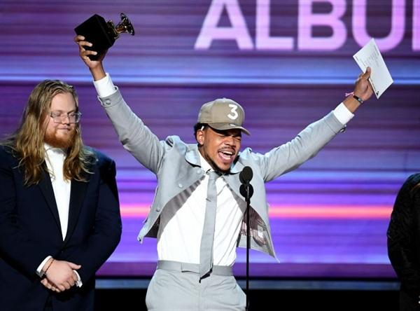 이번 시상식 최대의 복병 찬스 더 래퍼. 정규앨범을 내지 않고도 그래미를 수상한 최초의 뮤지션이 되었다.