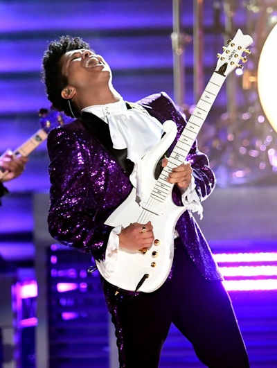 작년 세상을 떠난 프린스를 기리는 무대에 오른 브루노 마스는 훌륭한 노래 실력은 물론 신들린 기타 연주 실력까지 보여줬다.
