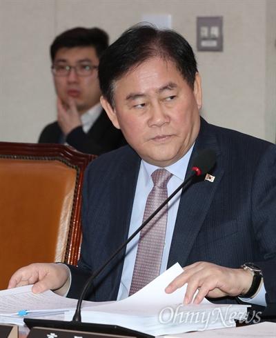 최경환 자유한국당 의원이 14일 서울 여의도 국회에서 열린 외교통일위원회 전체회의에 참석해 북한 미사일 발사와 관련한 현안보고를 받고 있다.