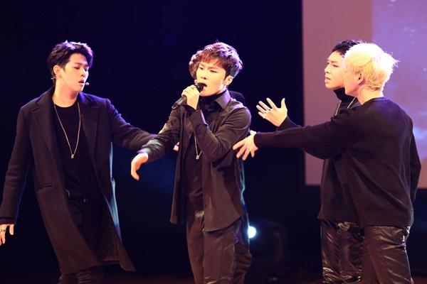 빅플로 빅플로가 네 번째 미니앨범 <스타덤>을 발표하고 14일 오후 서울 강남구 청담동 일지아트홀에서 쇼케이스를 열었다. 타이틀곡 '스타덤'은 EDM 트랩 장르의 강렬한 힙합곡이다.