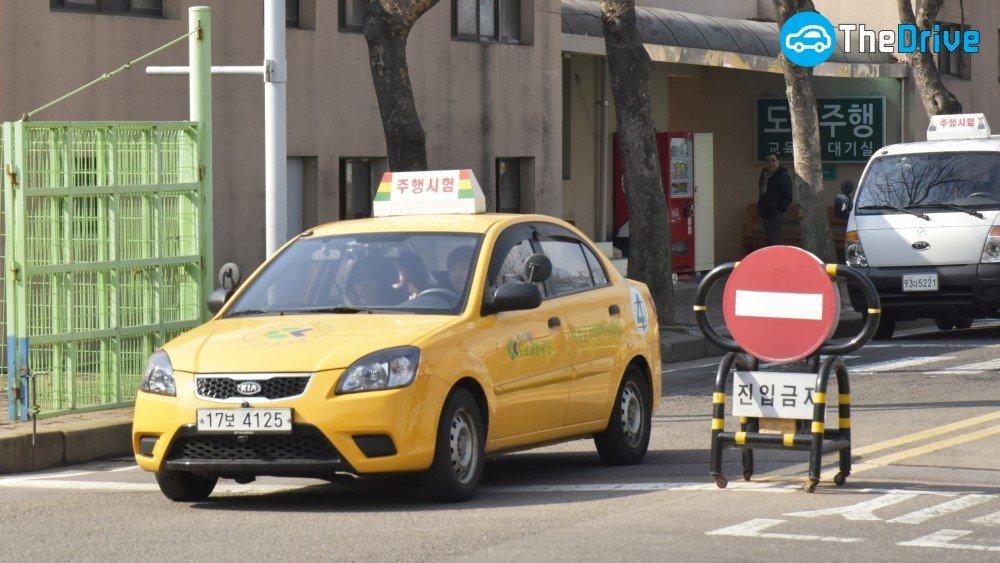 자동차 운전면허 주행시험 서부운전면허시험장의 주행시험 출발선에 서 있는 차량