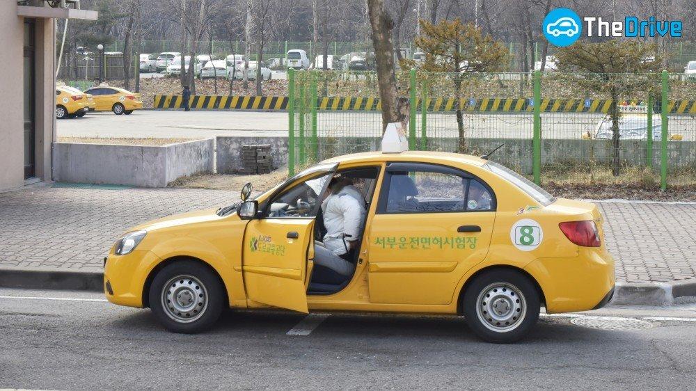 운전면허 주행시험 주행시험을 보기 위해 차에 오르는 응시생