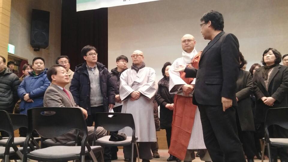 14일 GBC 환경영향평가 설명회에서 봉은사 스님과 신도들이 설명회 개최에 반발하며, 단상을 점거하고 있다.