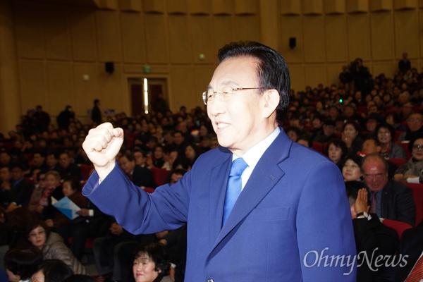 김관용 경상북도지사가 14일 오후 대구엑스코에서 열린 '용포럼' 행사에서 자신의 오른손 주먹을 들어 인사하고 있다.