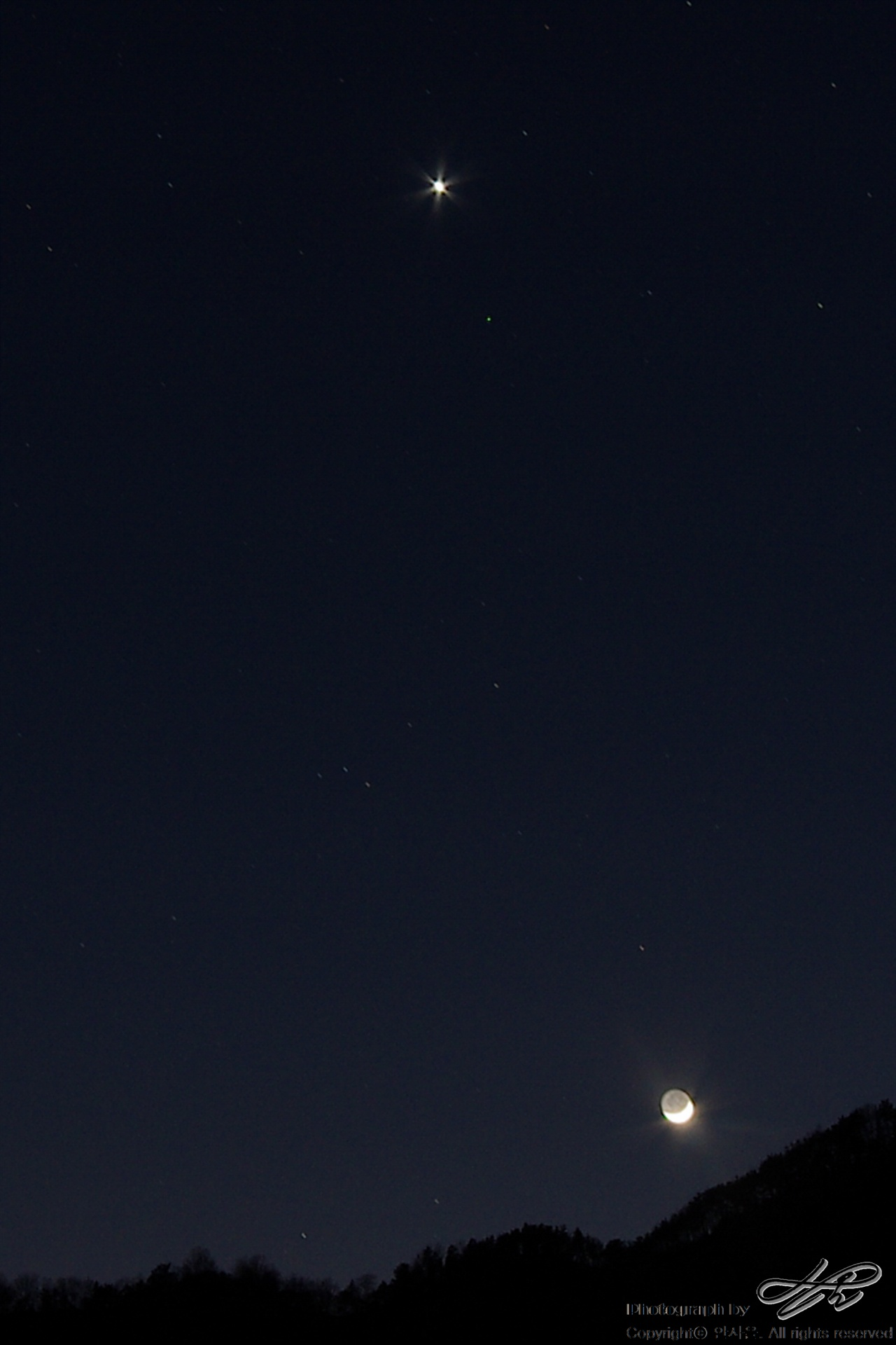 별과 달 디지털. 초승달과 금성이 함께 빛나고 있다. 초승달 모양 위로 어둑하게 모습을 드러낸 달 전체의 모습 또한 인상적이다.