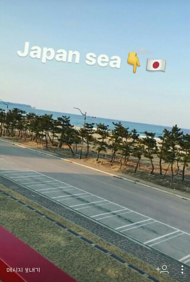 일본 피겨스케이팅 선수가 SNS 계정에 올린 동해안 사진. 사진 위에 정확히 일본해를 뜻하는 Japan Sea가 적혀있다.