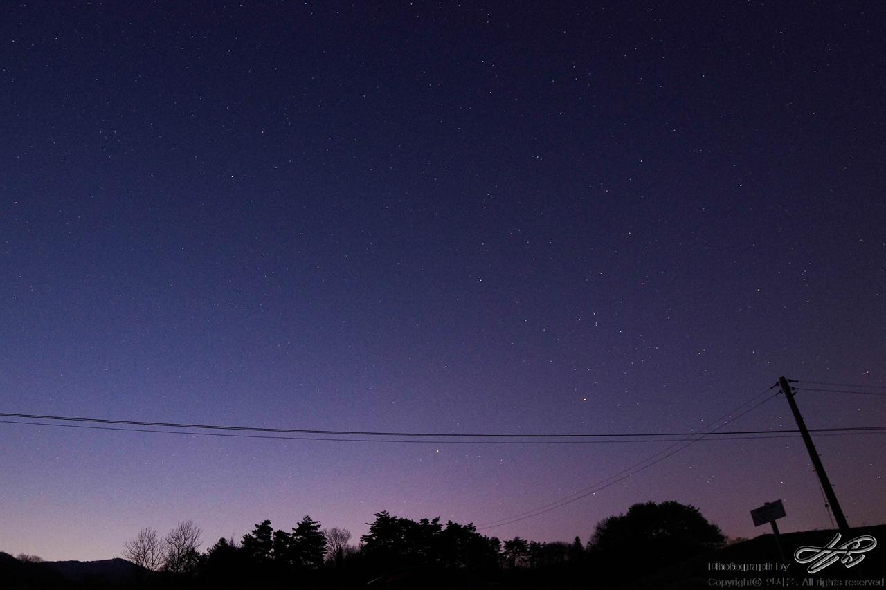 먼동 디지털. 동쪽 하늘이 천천히 밝아온다.