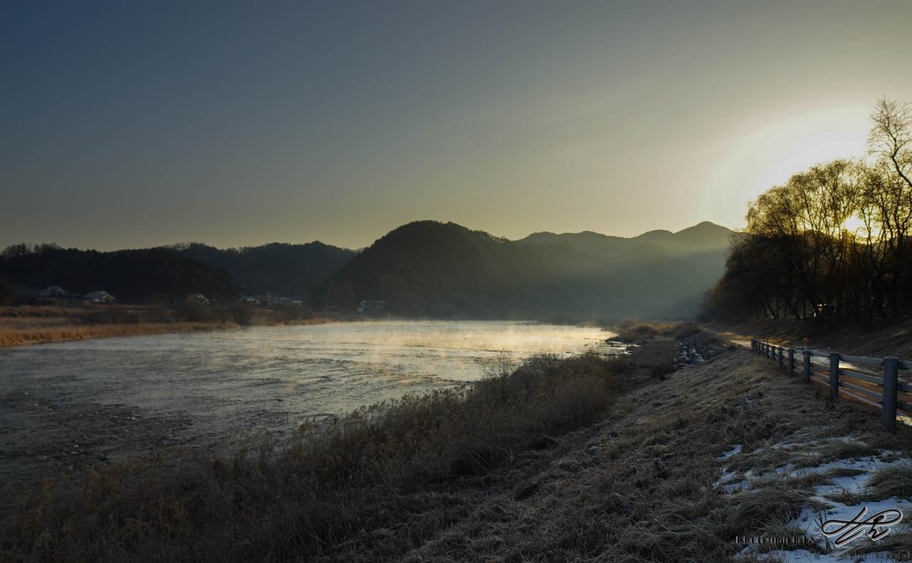 금강의 아침 물안개 디지털. 다소 늦게 떠오르는 태양의 빛을 받아 물안개가 하얗게 빛나고 있다.