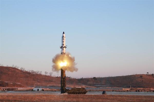 (평양 조선중앙통신=연합뉴스) 김정은 노동당 위원장이 지난 12일 북한의 신형 중장거리 전략탄도미사일(IRBM)인 '북극성 2형' 시험발사를 현지지도했다고 조선중앙통신이 2월 13일 보도했다.