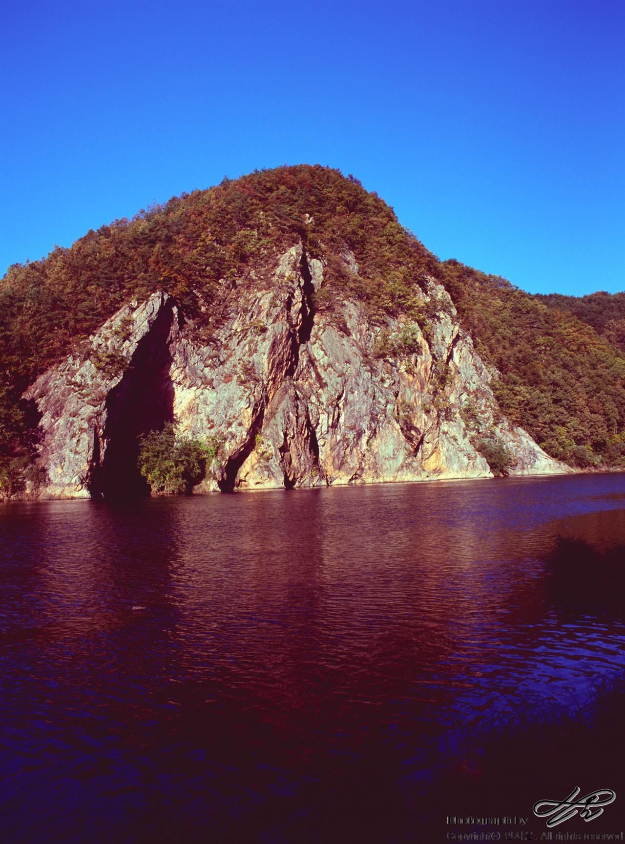 적벽강(금강) 필름(VELVIA100). 금강의 한 부분으로, 붉은색을 띠는 절벽들이 늘어서있다고 해서 주민들이 적벽강이라고 불러왔다고 한다. 극채도의 필름을 사용한데다가 색깔을 더욱 진하게 만들기 위해 언더로 촬영하였다.
