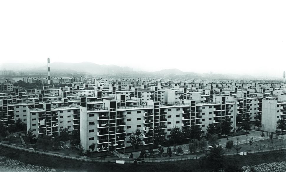 1973년 입주가 시작된 반포주공아파트는 강남에 건설된 최초의 대단지 아파트였다. 72~138㎡ 크기의 3,786가구로 구성된 반포아파트는 약 550,000㎡ 부지에 242억 원을 들여 만든 당시 최대 규모의 공사였다.(1977년) <서울시정사진총서>