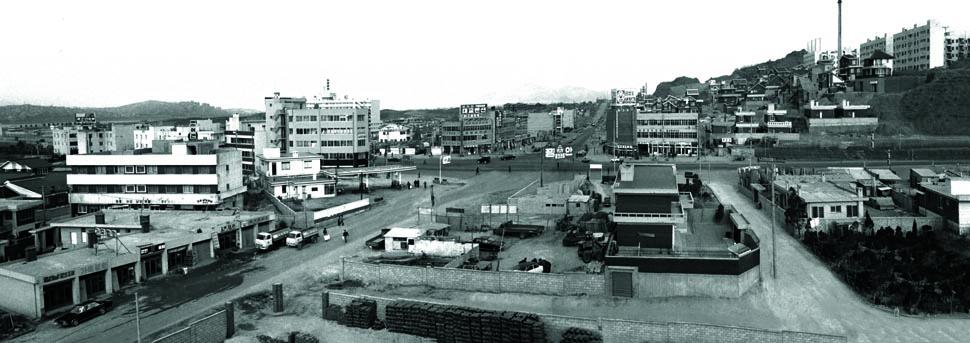 강남대로 일대의 모습으로 사진의 왼쪽이 한남대교 남단이며, 오른쪽 상단에 보이는 아파트는 1971년 준공된 논현동 공무원 아파트이다.(1975년) <서울시정사진총서>