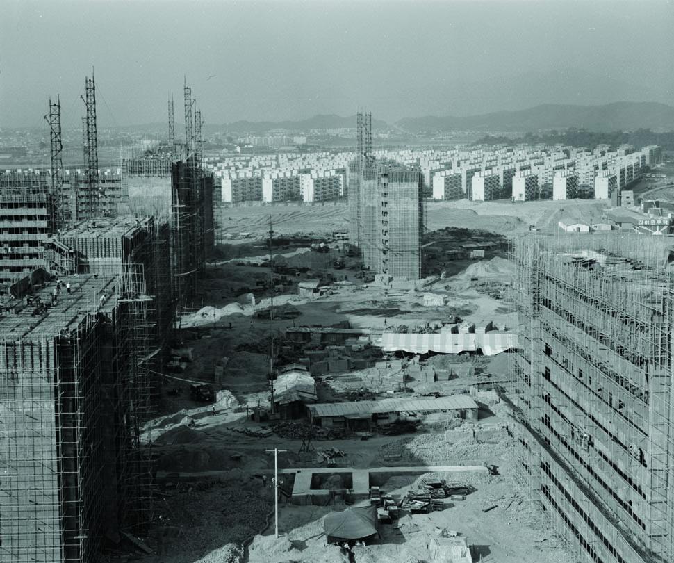 주공아파트 단지와 잠실 미성아파트 단지의 건설 모습이다.(1978년) <서울시정사진총서>