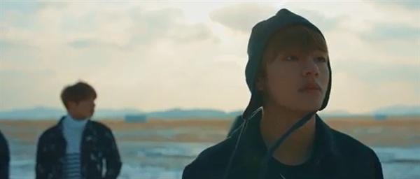 '봄날' 뮤직비디오 마지막 장면은 설국열차에서 내린 멤버들이 설원을 걷는 모습이다.