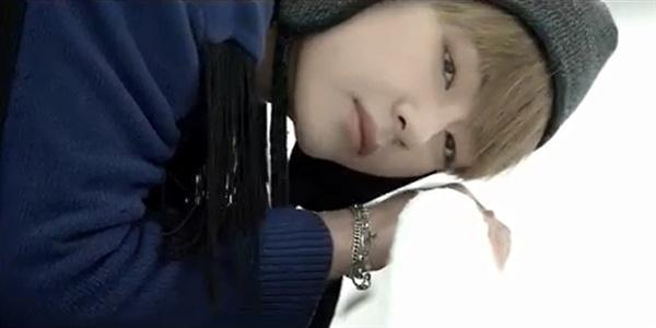 방탄소년단의 '봄날' 뮤직비디오 한 장면. 철길에 귀를 대고 열차가 오는 소리를 듣는다.