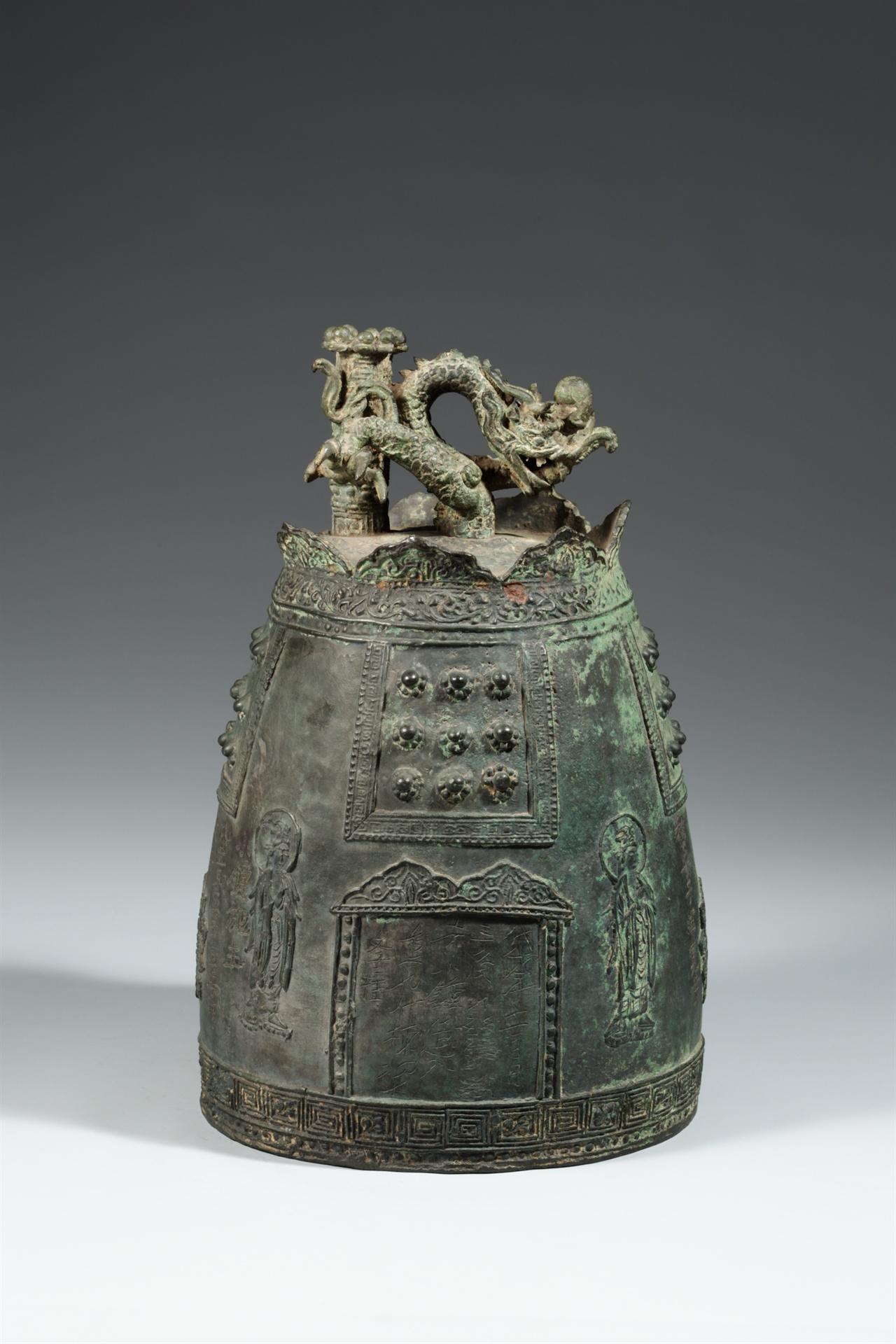 진관사동종 1967년 고양군 신도면 진관내리 산52-2번지 윤경민 씨 집 증축과정에서 발견된  진관사동종. 고려 때 제작된 것으로 추정되며 현재 국립중앙박물관에 소장되어 있다.
