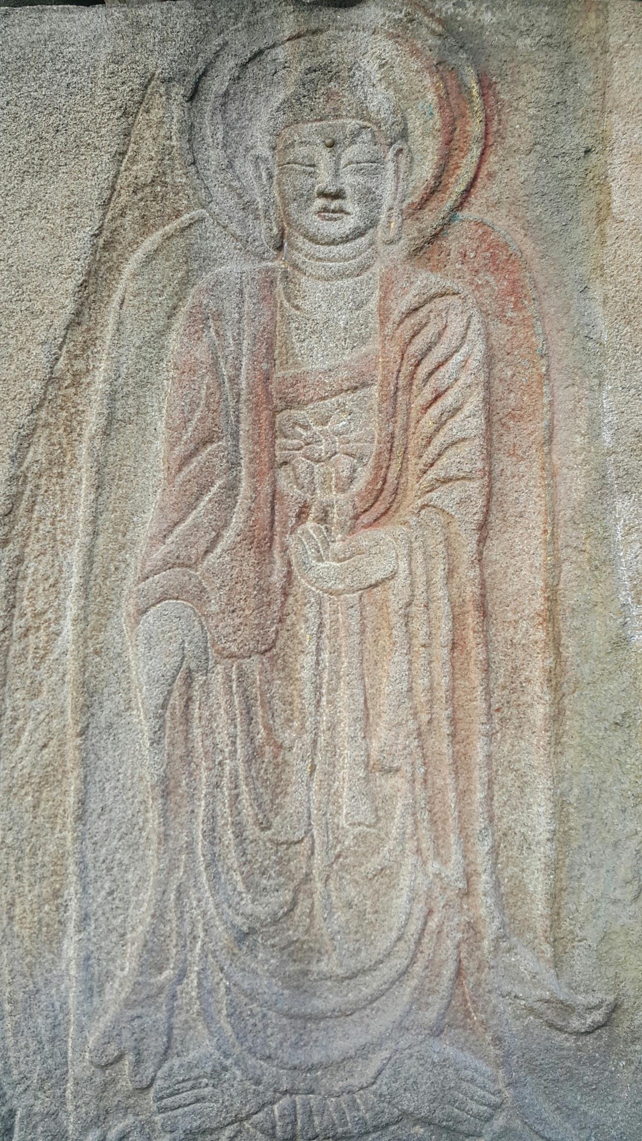 삼천사지마애여래입상 보물 제657호.  편편한 바위 면에 얕게 부조되어 있으며 융기선을 따라 금분을 칠한 흔적이 남아있다.