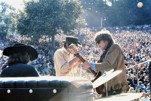 1967년 여름, 미국 샌프란시스코엔 미국 전역의 젊은이들이 모였다. 우리는 그 때를 '사랑의 여름'이라 부른다.