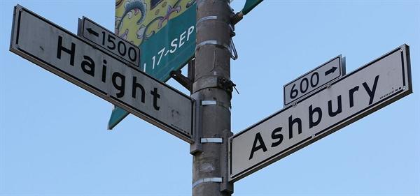 샌프란시스코 헤이트-에쉬베리 교차로의 이정표. 사랑의 여름을 상징하는 장소로서 모든 히피의 집결지였다.