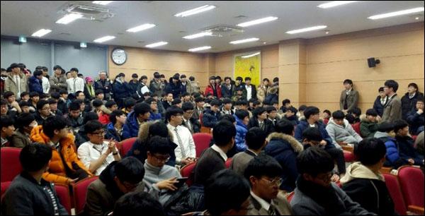 김천고 학생들이 15일 오후 학교 강당에 모여 국정역사교과서 연구학교 지정을 반대하는 토론을 벌이고 있다.