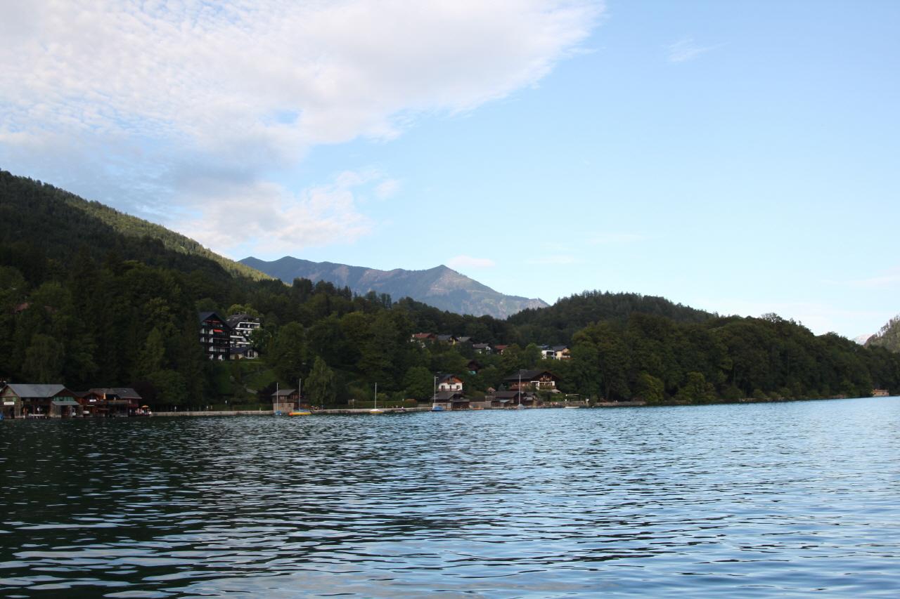 할슈타트 호수와 볼프강 호수 알프스의 빙하가 녹아 만들어진 일흔여섯 개의 호수가 있는 곳으로 잘츠(Salz)는 '소금'을, 감머(Kammer)는 '창고'를, 그리고 굿(Gut)는 '좋다'는 듯이니, 풀이하면 '좋은 소금 창고'라는 의미를 지니는 지역이 바로 '잘츠캄머굿'이다.