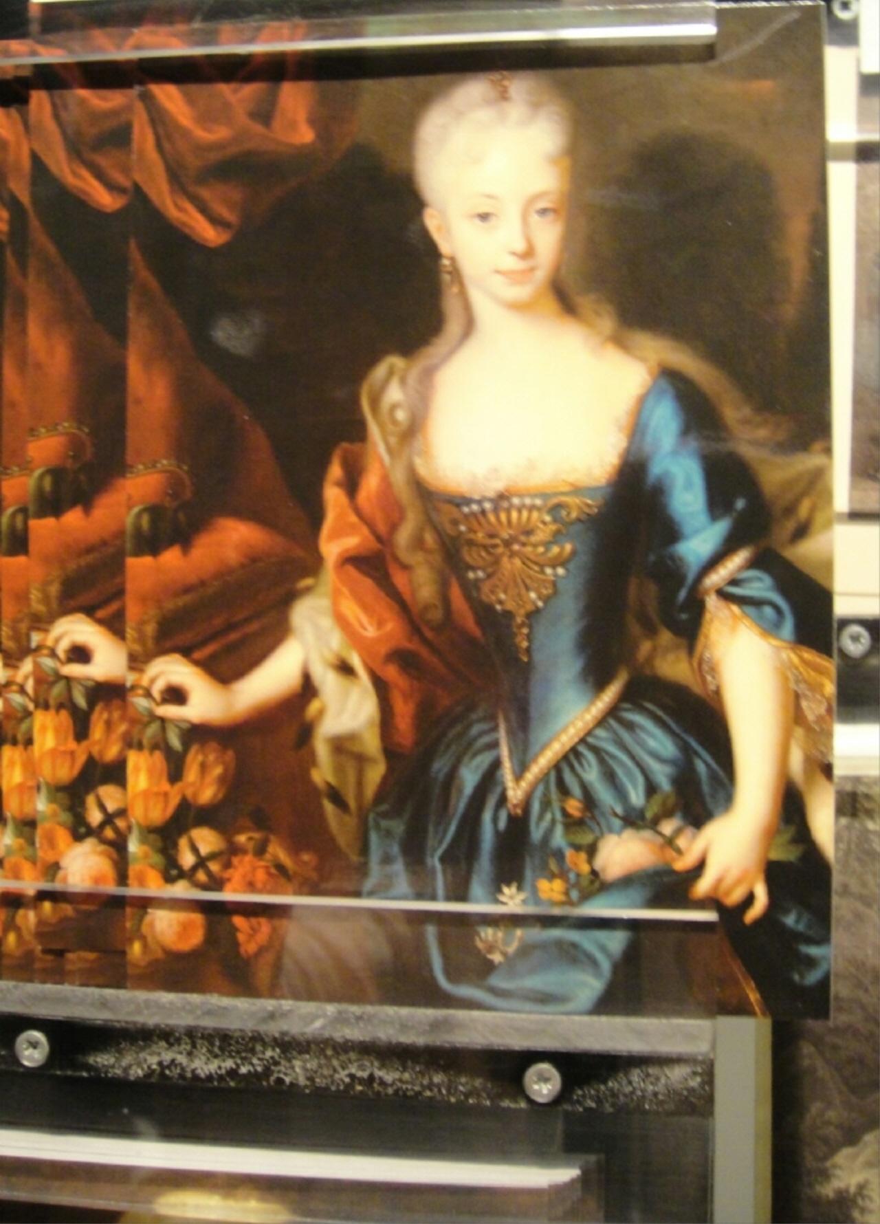 마리 앙투아네트 여제 마리아 테레지아의 공주다. 프랑스 국왕 루이 15세의 손자 루이 오귀스트, 이후 루이 16세가 될 왕세자는 마리 앙투아네트와 정략결혼을 했다. 식료품 가격 폭등, 거듭된 자연 재해, 국가 재정 파탄으로 사회 불안과 불만이 고조되었고, 마리 앙투아네트를 둘러 싼 악의적인 소문이 날로 증폭되어갔다. 파리 시민들은 10월에 베르사이유를 습격했고 왕실 가족은 튈르리 궁에 유폐되었다. 루이 16세가 1793년 1월 21일에 처형되었고, 마리 앙투아네트는 10월 15일 사형 판결을 받았다.