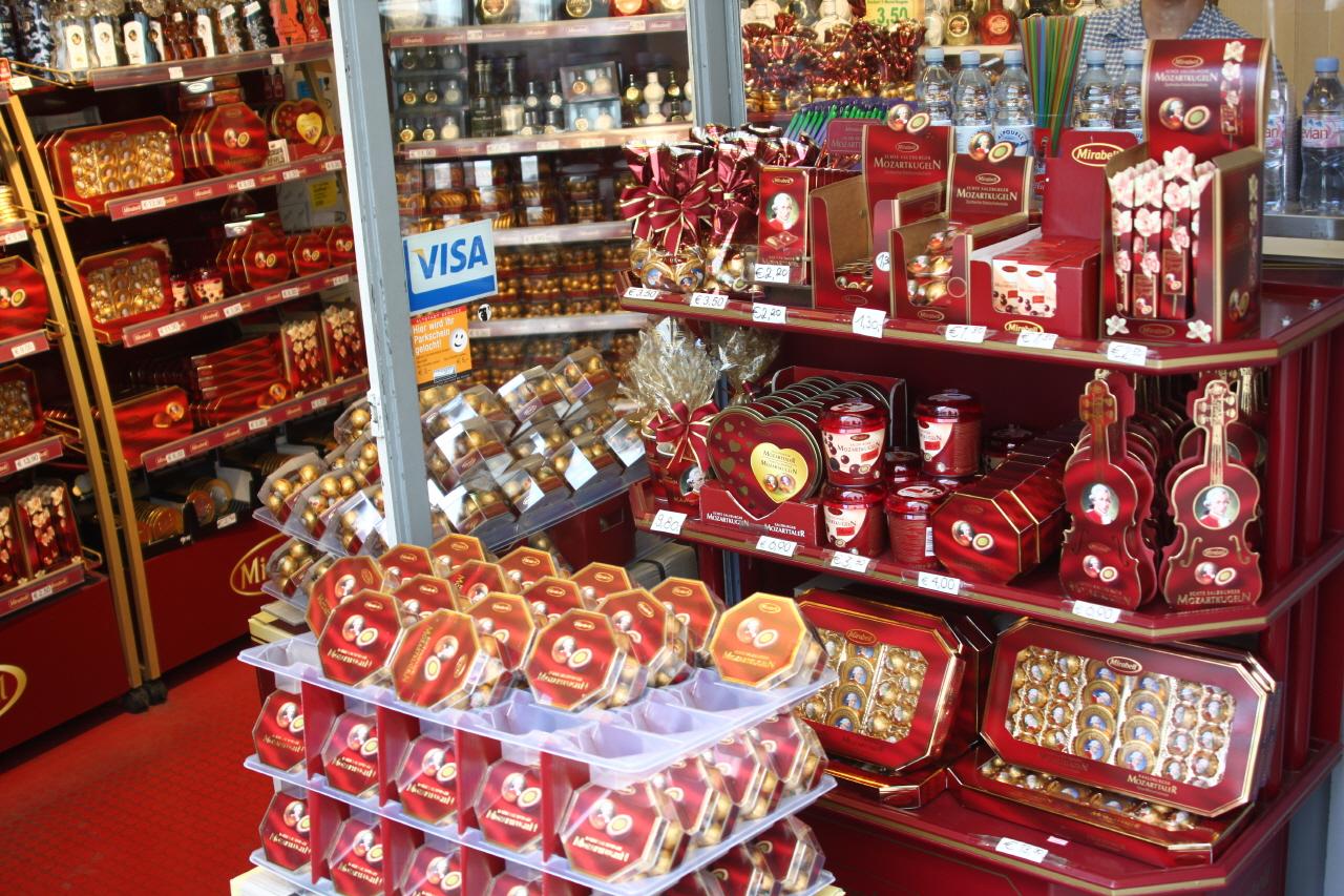 모차르트 초콜릿 잘츠부르크는 온통 모차르트 마켓팅에 열을 올리고 있다. 특히 모차르트 초콜릿이 유명하고, 그것을 파는 상점들도 도처에 있다. 모차르트 초콜릿은 미라벨에서 만든 빨강색 초콜릿과 쿠겔에서 만든 파랑색 초콜릿이 있다고 한다.