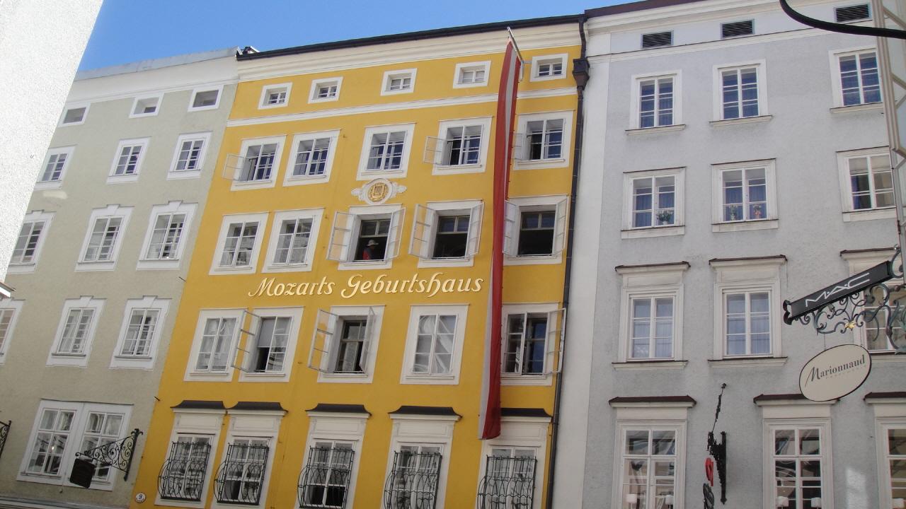 모차르트 생가 츠부르크 중앙역에서 남쪽으로 약 2km 지점, 구시가지의 유명한 쇼핑상점들이 모여 있는 게트라이데 가세 9번지에 있는 적황색의 6층 건물이 모차르트의 생가이다. 1747년 모차르트의 일가가 집 4층에 세 들어왔고, 1756년 막내아들 볼프강이 태어났다.